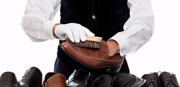 kak-ubrat-zhirnye-pyatna-s-kozhanoj-obuvi