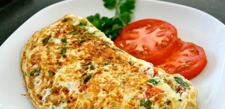 kak-prigotovit-pyshnyj-omlet-na-skovorode