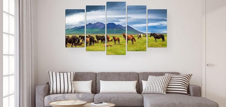 Модульная-картина-лошади-пасутся-на-поляне-фото-в-интерьере-гостиной-над-диваном