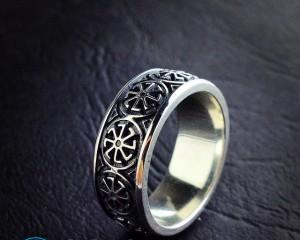 Как правильно носить кольца на руках женские?