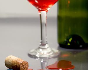 Как вывести пятно от красного вина на белом?