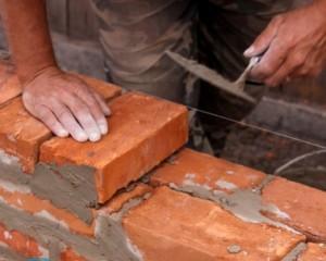 Промерзает стена в кирпичном доме — что делать?