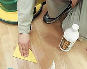 Чем отмыть краску для обуви с линолеума?