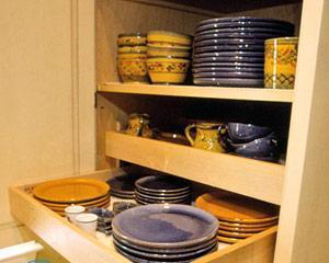 Как красиво расставить посуду в серванте в гостиной?