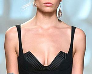 Как правильно подобрать украшения под вырез платья ?