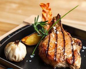 Как лучше пожарить свинину на сковороде?