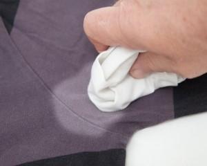 Чем вывести запах пота с одежды
