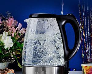 Новый чайник пахнет пластмассой — что делать?