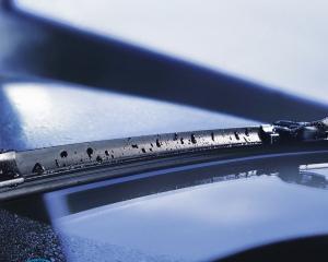 Как поставить щетки стеклоочистителя?