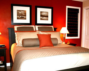 Какую картину повесить в спальне над кроватью?