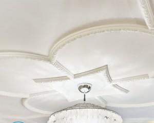 Установка багетов на потолок