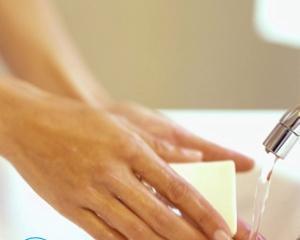 Как убрать запах бензина с рук?