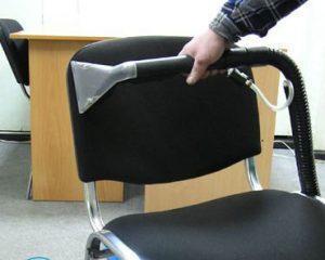 Чистка стула от пятен