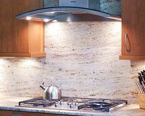 Установка воздухоочистителя на кухне