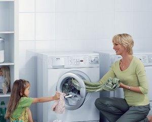 Чем стирать одежду из разных тканей?