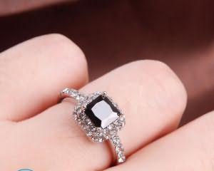Обручальное кольцо на левой руке