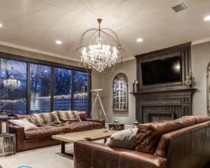 Как выбрать люстру для натяжного потолка в зал?