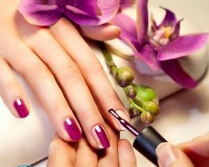 Как убрать лак с кожи вокруг ногтя?
