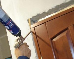 Чем оттереть монтажную пену с металлической двери?