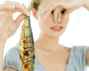 Как удалить запах рыбы с одежды?