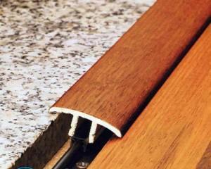 Как закрепить порожек между плиткой и ламинатом?