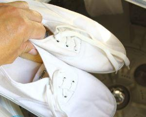 Как отстирать белые кроссовки?