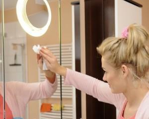 Как очистить зеркало в ванной от налета?